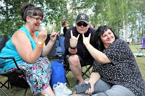 Porilaiset Tiina Saranen, Janne Sihvonen ja Niina Stenroos viettivät Harjavallassa koko pitkän lauantaipäivän. Kolmikko otti paikkansa alueelta heti porttien auettua. Festareilla käsien paikka ei ole taskussa vaan pirunsarvina, he muistuttavat.