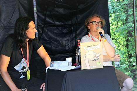 Fingerporin keksijä Pertti Jarla tentattavana. Sarjakuvamiehen haastattelu kiinnosti myös festivaalikansaa.