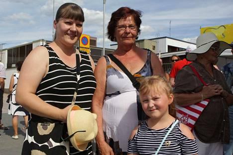 Kolme sukupolvea naisia saapui Nokialle katsastamaan päivän tarjontaa. Kuvassa Aada Toropainen (oik.), Leila Laine ja Sirita Janatuinen.