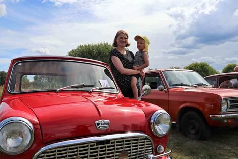 Pieni ja punainen Austin oli Leo Tuomolan suosikki. Laura Tuomola on kotoisin Metsäkansasta, ja perhe oli isovanhempien luona kylässä. Samalla he poikkesivat kokoontumisajoihin.
