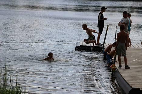 Uiminen on perinteisesti ollut yksi kesäleirien suosituimmista ohjelmanumeroista. Tänä kesänä helle teki siitä ykkössuosikin.