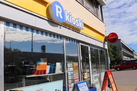 Apiankadun R-kioskille murtauduttiin viime yönä. Sunnuntain aamupäivään mennessä oven lasi oli jo korjattu.