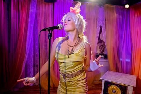 Näyttelijä Pia Andersson muuttuu katsojan silmissä Kikaksi vähitellen esityksessä Kikka Fan Club.