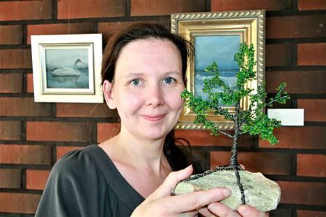 Kirsi Sarasvirran taide syntyy rautalangasta. Taas menee metsään -näyttelyyn hän väänteli puita.