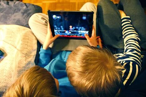 Verkkopelejä pelataan usein joukkueena. Silloin pitää suunnitella yhdessä,   miten peli voitetaan. Apulaisprofessori Olli Sotamaan mukaan yhdessä pelaaminen kehtiää tiimityöskentelyä.