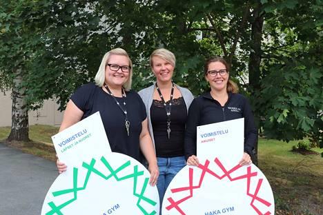 Haka Gym on nyt tähtiseura. Joukkuevoimistelun uusi lajivalmentaja Anna Kuusama, Haka Gymin toiminnanjohtaja Heidi Kiuru ja joukkuevoimistelun lajivastaava Anna Koljonen iloitsevat tunnustuksesta.