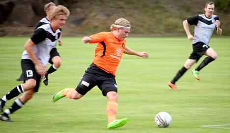 Tino Puronaho teki Ilveksen molemmat maalit maanantaina. Kuvassa hän spurttaa FC HuKin puolustuksen ohi viime perjantaisessa kotiottelussa.
