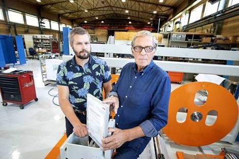 Sermatechin johtaja Markku Uusitalo (oikealla) palkittiin kesäkuussa vuoden 2018 robottimestariksi. Kuvassa Uusitalon kanssa yrityksen pajalla Ulvilassa Juha Mäkelä.