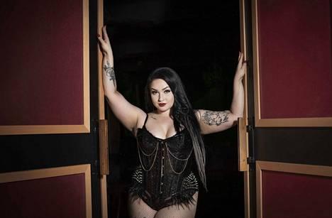 Uuulalaa. Miss Sassy Fierce on häikäilemätön ja rohkea burleskitaiteilija, jonka karisma täyttää lavan kuin lavan.