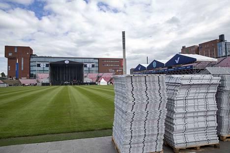 Blockfestien päälava sijaitsee Ratinan stadionilla kauppakeskuksen päädyssä.