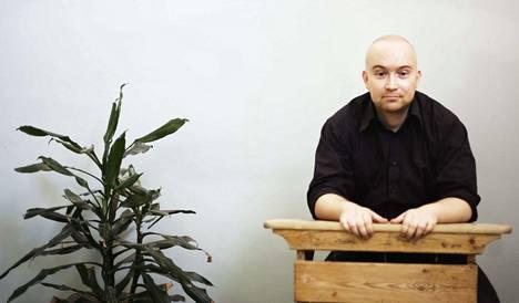 Jarkko Tontti on tamperelaissyntyinen lakimies, kirjailija ja runoilija. Juuri ilmestynyt Perintö on hänen viides romaaninsa.