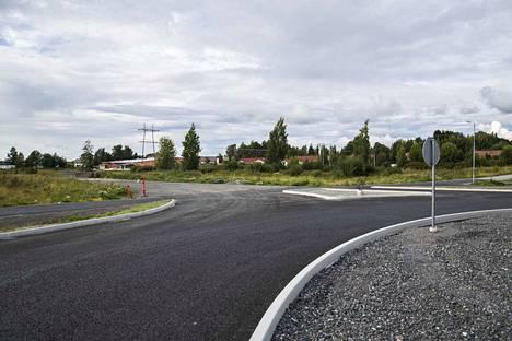 Tuorsniementieltä pääsee kohta kurvaamaan kohti Suntinkujaa. Paikalle rakennettu liikenneympyrä on ollut käytössä jo pitkään, uuden jatkoväylän avaamisesta kerrotaan ensi viikolla. Kuva otettu vuosi sitten.