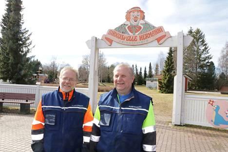 Puistovahdit Kari Virtanen, Heikki Kuoppala ja kuvasta puuttuva Sulo Malonen aloittivat työt huhtikuussa. He jatkavat hommia syksyyn asti.