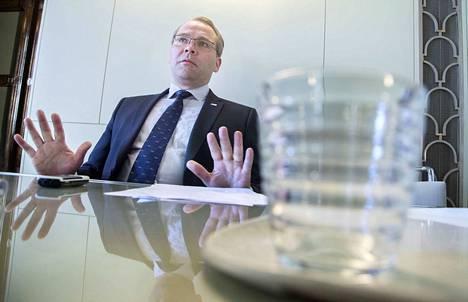 Puolustusministeri Jussi Niinistö (sin.) kertoo, että varussotilaille teetetyn kyselyn mukaan vain puoli prosenttia kannattaa kasvisruokaa.