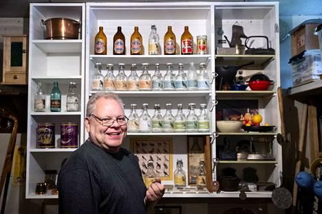 Arto Pihlajamäki on kerännyt kunnioitettavan kokoelman Porin Oluttehtaan limonadipulloja.