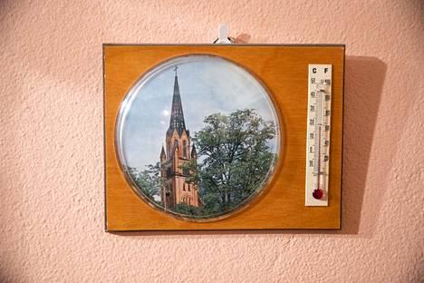 Lämpömittari on saanut kylkeensä kuvan Keski-Porin kirkosta.
