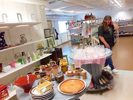 Lajittelu teettää töitä. Työnohjaaja Anne Mattila muistuttaa, että huonekaluja voi laittaa myyntiin kansioesittelynä, vaikkei ne Mystikin tiloihin sovikaan.
