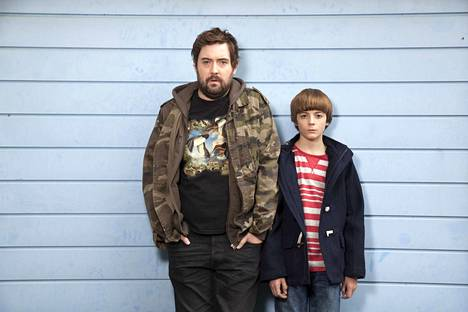 Andy-enona nähdään Nick Helm ja siskon poika Errolina Elliot Speller-Gillott.