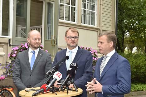 Kulttuuri- ja eurooppaministeri Sampo Terho, pääministeri Juha Sipilä ja valtiovarainministeri Petteri Orpo kertoivat, että budjettiriihi alkaa nyt hyvissä tunnelmissa.
