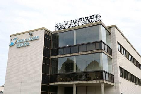Yksi myyntitunnustelujen kohteena olevista rakennuksista on sairaala.