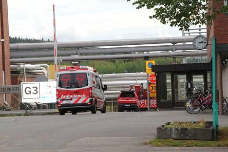Metsä Tissuen tehtaalla on suuri rakennuspalo. Paikalle on saapunut useita paloautoja ja ambulanssi.