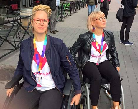 Kansanedustaja Hanna Sarkkinen (vas.) ja vasemmistoliiton eduskuntaryhmän puheenjohtaja Aino-Kaisa Pekonen istuutuivat Lahden keskustassa pyörätuoleihin. Kyse oli esteettömyyskampanjasta. Kaksikko suuntasi ostoksille läheiseen kenkäkauppaan.