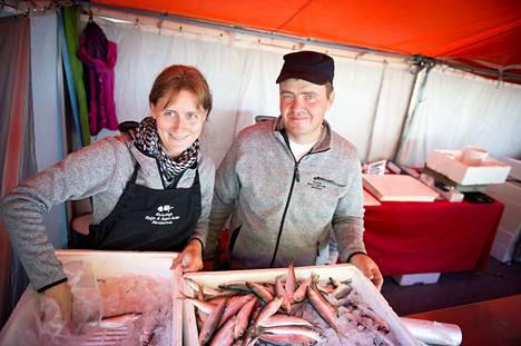 Arkistokuva. Porin silakkamarkkinoilla vuoden silakaksi 2014 valittu merikarvialainen kalastaja Seppo Laine ei osallistu tänä vuonna vaimonsa Katja Laineen kanssa markkinoille troolaustauon vuoksi.