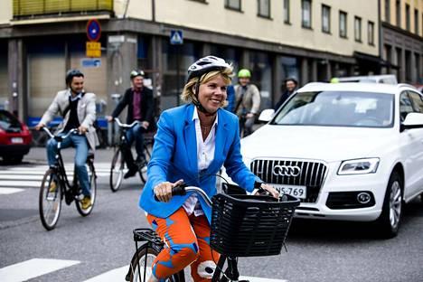 Rkp:n puheenjohtaja johti rkp:n pyöräilevän eduskuntaryhmän eduskuntatalolta ryhmän tiedotustilaisuuteen Helsingin Kallion kaupunginosaan.