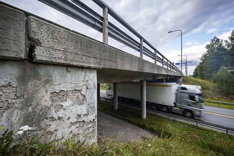 Vuonna 1973 rakennettu Mommolan risteyssilta Huittisissa on yksi niistä kohteista, jotka odottavat korjausrahoitusta. Suunnitelmien mukaan silta aiotaan uusia vuosien 2019–2021 aikana.