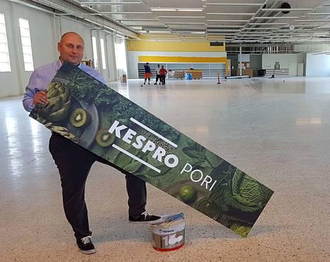 Kespron tukkupäällikkö Vesa Maalari syksyn aikana uuteen käyttöön muuntuvassa Siltapuistokadun liiketilassa.