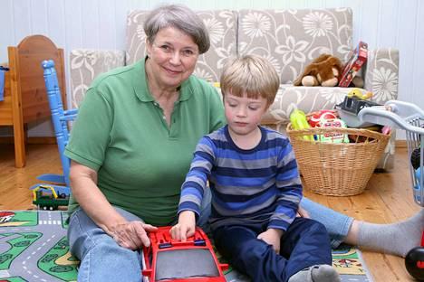 Varamummo Tuula Heisvaara vierailee varalapsenlapsensa luona kerran tai kaksi viikossa sopimuksen mukaan. Yhteisinä hetkinä leikitään, pelataan ja nautitaan yhdessäolosta.