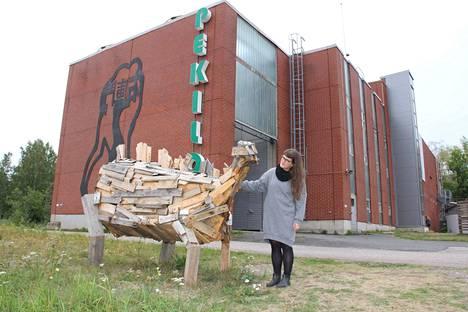 Kuvataiteilija Anna Pekkalan ulkoveistokset saivat paljon kehuja kävijöiltä, mikä ilahdutti Mäntän kuvataideviikkojen ensikertalaista taiteilijaa.