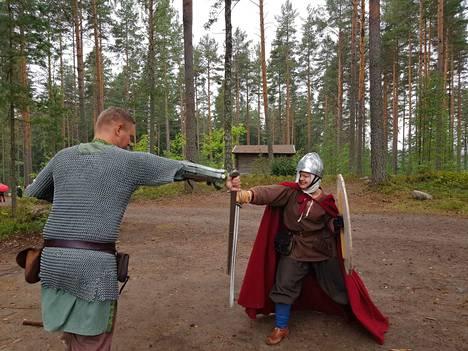 Taaran markkinoilla vieraiden seassa kulki keskiaikaisesti pukeutuneita ihmisiä, jotka ryhtyivät muun muassa miekkataisteluihin.