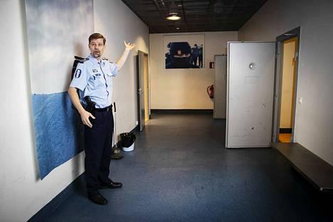 Ylikomisario Jukka Salomaa esittelee harjoituskaupungissa sijaitsevan toimintatalon putkakäytävää.