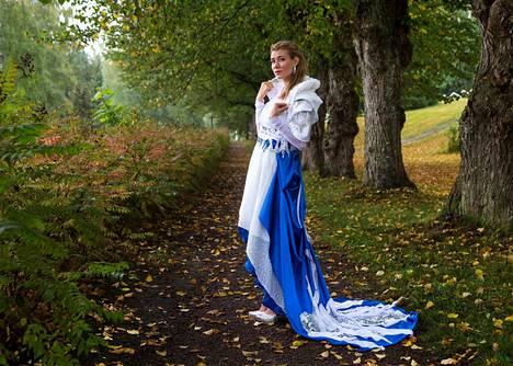 Miss Nokia 2018 Marika Eerola osallistuu Face of Beauty International 2018 -kilpailuun Intian Delhissä syyskuussa. Kuvassa hän poseeraa Suomessa Katrin Oron tekemässä puvussa.