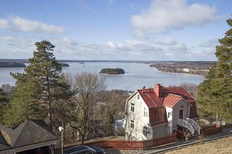 Suomen korkeimman soraharjun rinteelle rakentunut Pispala on kuuluisa myös monista kuuluisuuksistaan.