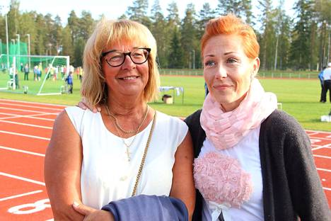Anne Vilander ja Heidi Tuori olivat saapuneet seuramaan koululaisten kisoja.
