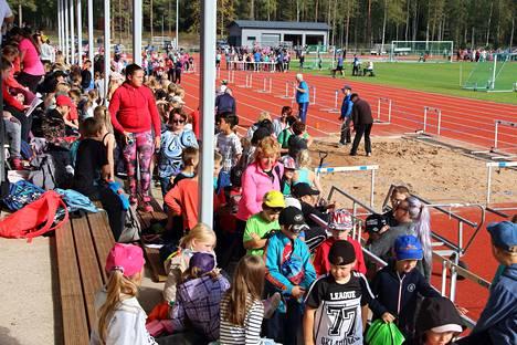 Koululaisten urheilukisoissa tehtiin yli tuhat lajisuoritusta reilun viiden tunnin aikana.