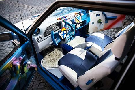 Istuimien sinivalkoiset nahkaverhoilut on tehty Tampereella.