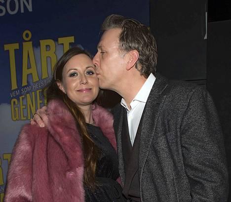Mikael Persbrandt puolisonsa Sanna Lundellin kanssa tuoreimman elokuvansa Tårtgeneralen ensi-illassa tämän vuoden maaliskuussa. Pari palasi saman katon alle vasta, kun Pesrbrandt raitistui. Nyt he asuvat herraskaisella maatilalla vähän Tukholman ulkopuolella.