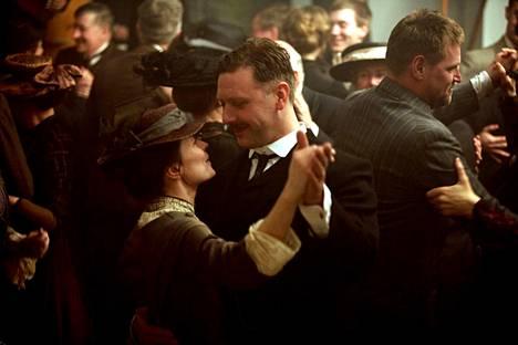 Jan Troellin ohjaama elokuva Ikuistetut hetket (Maria Larssons eviga ögönblick) on elokuva, jossa mukana olemisesta Mikael Persbrandt sanoo olevansa ylpeä. Kuvassa hän tanssii Maria Larssonia esittäneen Maria Heiskasen kanssa.