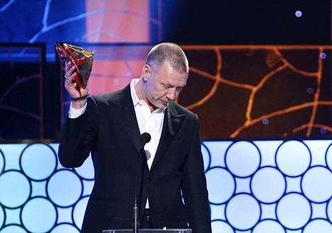Mikael Persbrandt sai Guldbagge-palkinnon toisen kerran vuonna 2014. Palkintogaala pidettiin samana päivänä, kun hän oli ollut oikeudessa syytettynä kokaiinin käytöstä. –Haluan jakaa tämän palkinnon kaikkien päihderiippuvaisten kanssa, jotka kärsivät hyljeksittyinä ulkona kaikesta, Persbrandt sanoi vastaanottaessaan palkintoa.