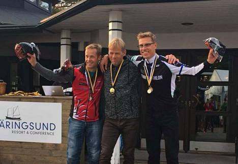 M50-54-sarjan kaksi kirkkainta mitalia matkasivat Triathlonteam 226:n Marko Myllymäen (vas.) ja Rauno Kosken kaulassa Nokialle. Alexander Stubbin kaulaan ripustettiin pronssinen SM-mitali.