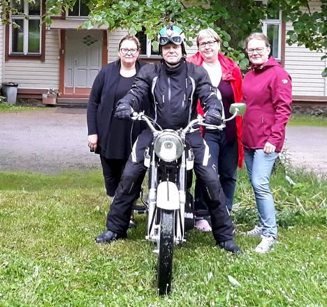 Kuvassa Mallinkaisten kyläyhdistyksestä Seija Niemi, Raimo Karjalainen, Tarja Forsström ja Tuula Hilden.