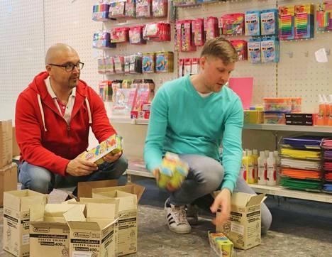 Hyllyt saivat täytettä jo viime viikon mittaan. Porilaisyrittäjät Mika Mattila ja Janne Vesa panostavat siihen, että askartelijoille ei myydä ei oota.