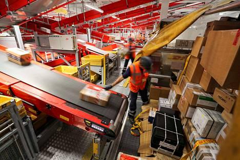 DHL on kansainvälinen logistiikka-alan yritys, joka tekee muun muassa pakettikuljetuksia. Kuva DHL:n pakettiterminaalista Saksasta.