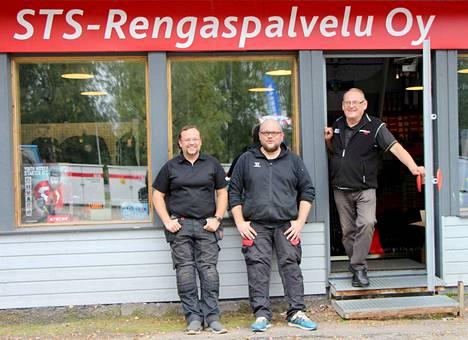 Simo Päivärinta (oikealla) perusti rengasliikkeen 40 vuotta sitten Vilppulassa. Nykyisin yrityksessä ovat osakkaina myös Simon pojat Toni (vasemmalla) ja Sami Päivärinta.