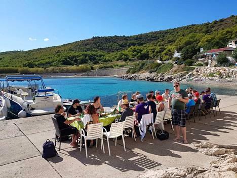 Viime syksynä Kroatiassa Geniemin työntekijät ruokailivat yhdessä rannalla ennen yhteistä veneretkeä