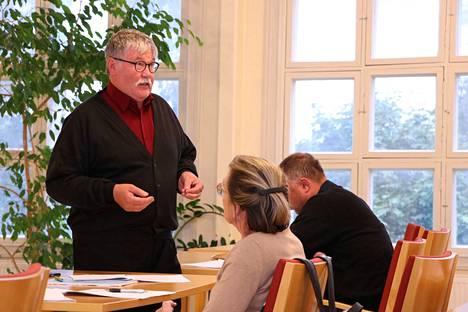 Kirkkovaltuusto hyväksyi yksimielisesti Paavo Valtasen esityksen 30 000 euron lisämäärärahasta. Ensiaputoimien jälkeen seurakuntakeskuksessa voi taas järjestää erilaisia tilaisuuksia.