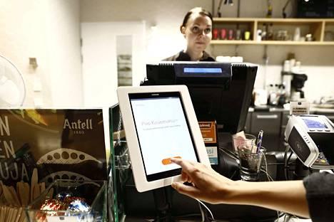 Kasvomaksamisen pilotti-versiota on kokeiltu OP:n henkilökunnan kahviossa. Myyjä Katja Kosunen odottaa, että maksu menee läpi.